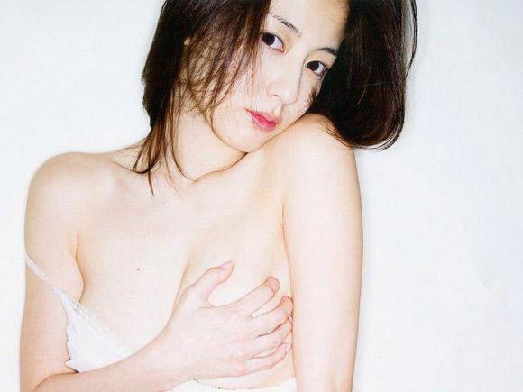 杉本有美(25)が下着を脱いで手ブラ!新写真集の表紙が過激wwwww