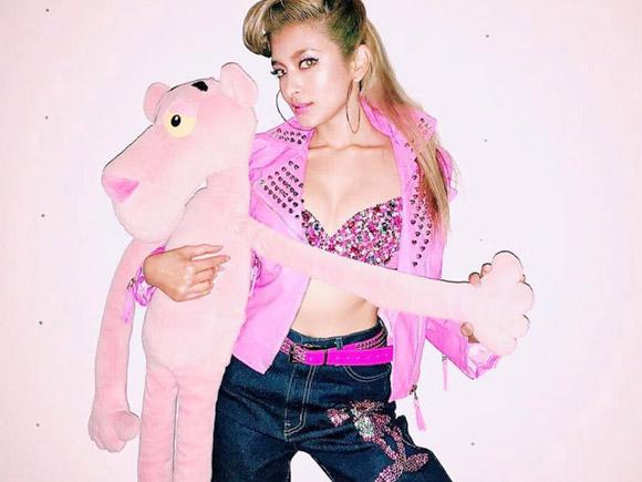 ローラ(26) instagramで乳&尻出し。