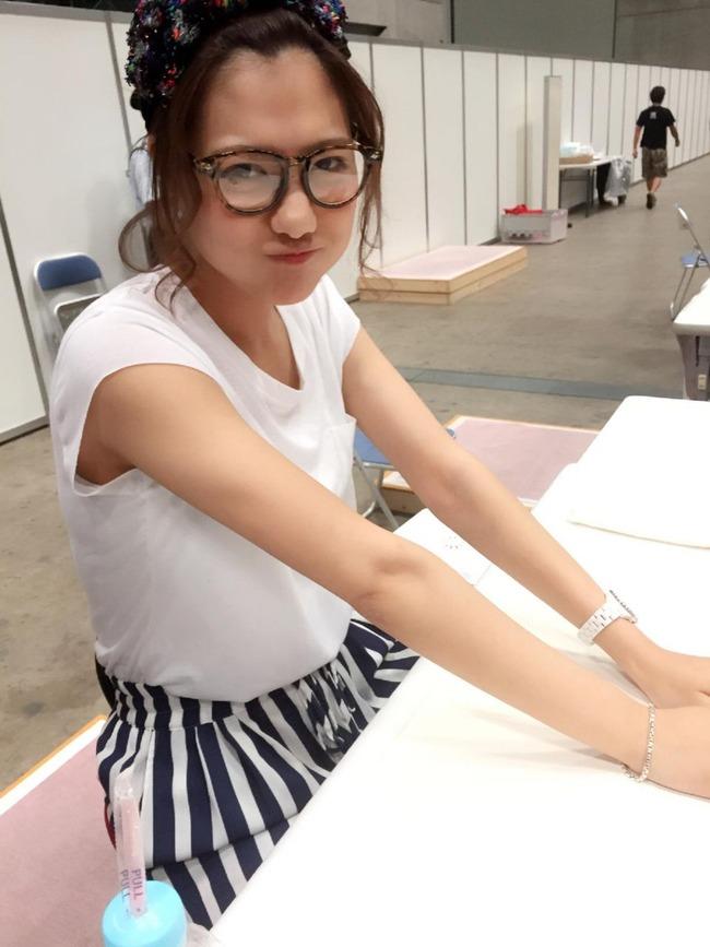 おでこを出して眼鏡をし、握手会に備えるAKB48時代の宮澤佐江