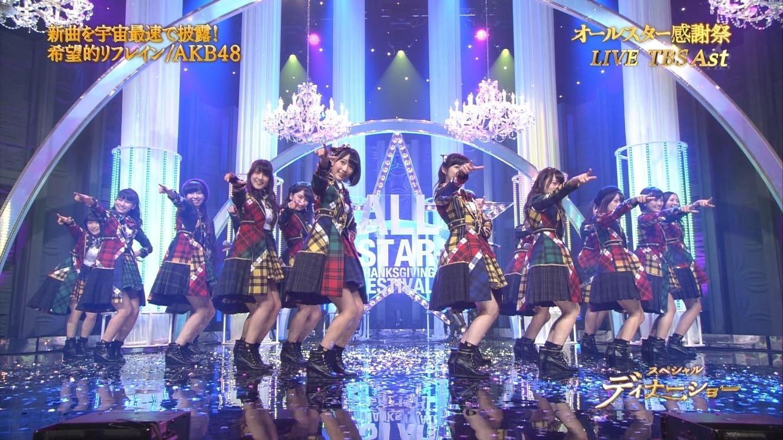 歌番組で綺麗にライトアップされたステージで歌うAKB48