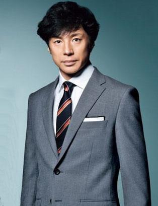 スーツの東山紀之