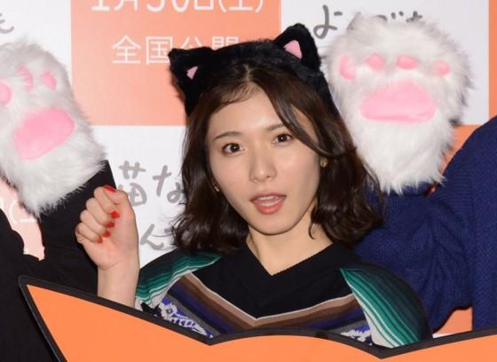 黒い猫耳を頭に着けてにゃーと猫の手をする松岡茉優