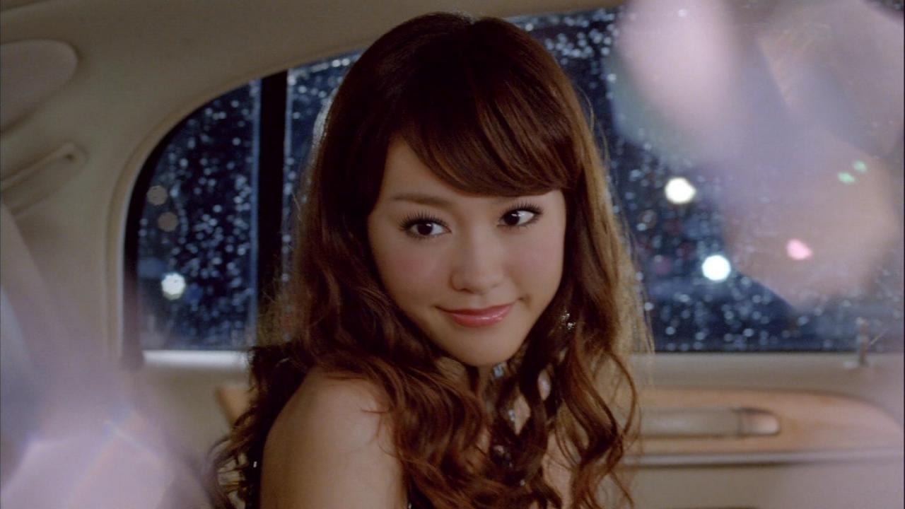 車の中でキラキラ笑顔を見せる桐谷美玲