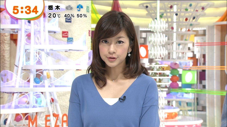 水色のトップスでニュースを読むアナウンサー、生野陽子