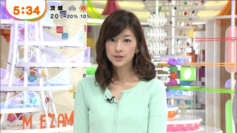 ミントグリーンのトップスでニュースを読むアナウンサー、生野陽子