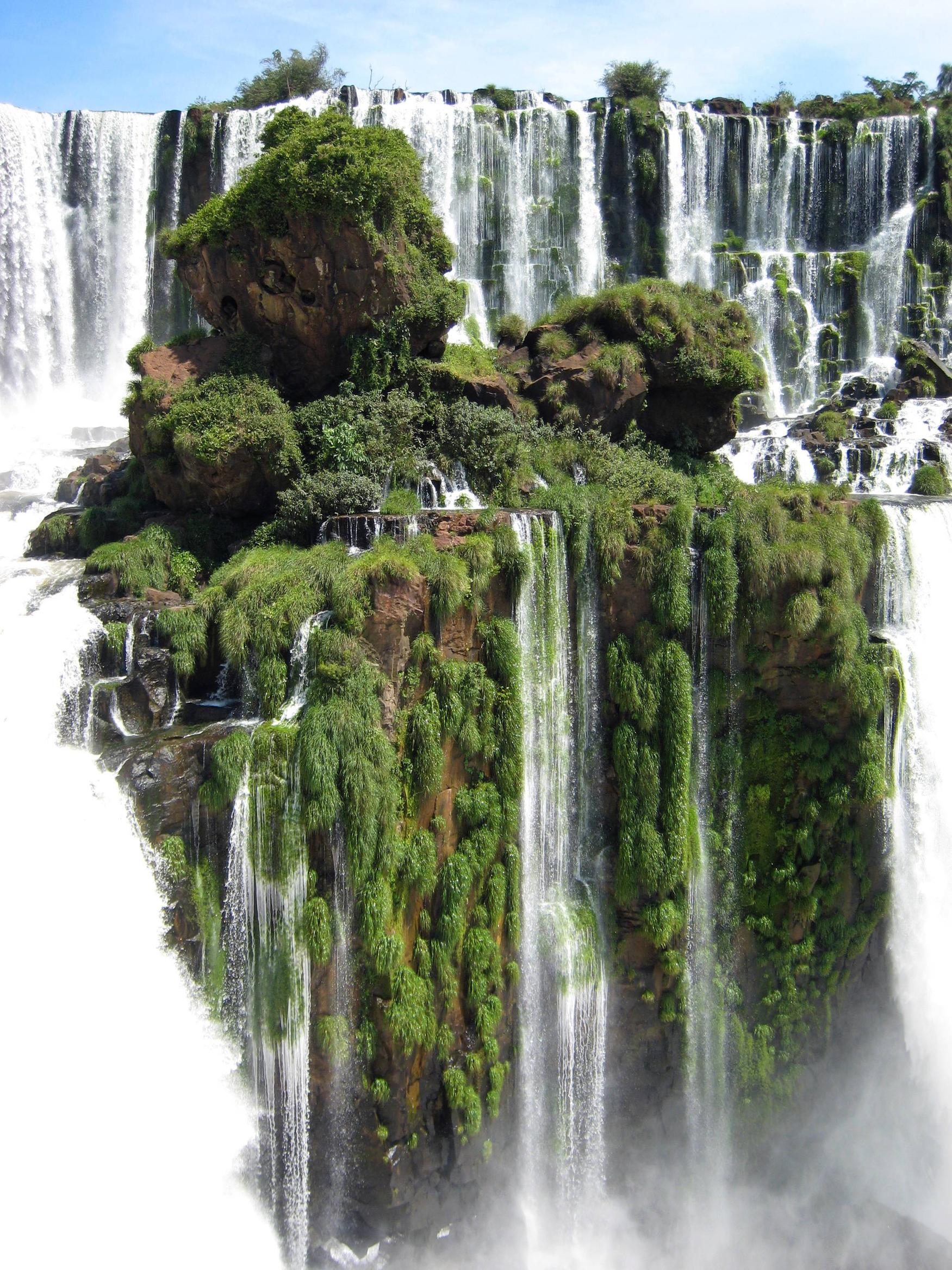 Brazil, Parana. Mała wysepka pośród wodospadów Igauzu.