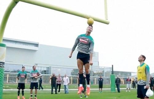 【サッカー】クリスティアーノ・ロナウドのヘディングは最高到達地点3メートル 一般人が真似するとこうなる(動画あり) [無断転載禁止]©2ch.netYouTube動画>24本 ->画像>86枚